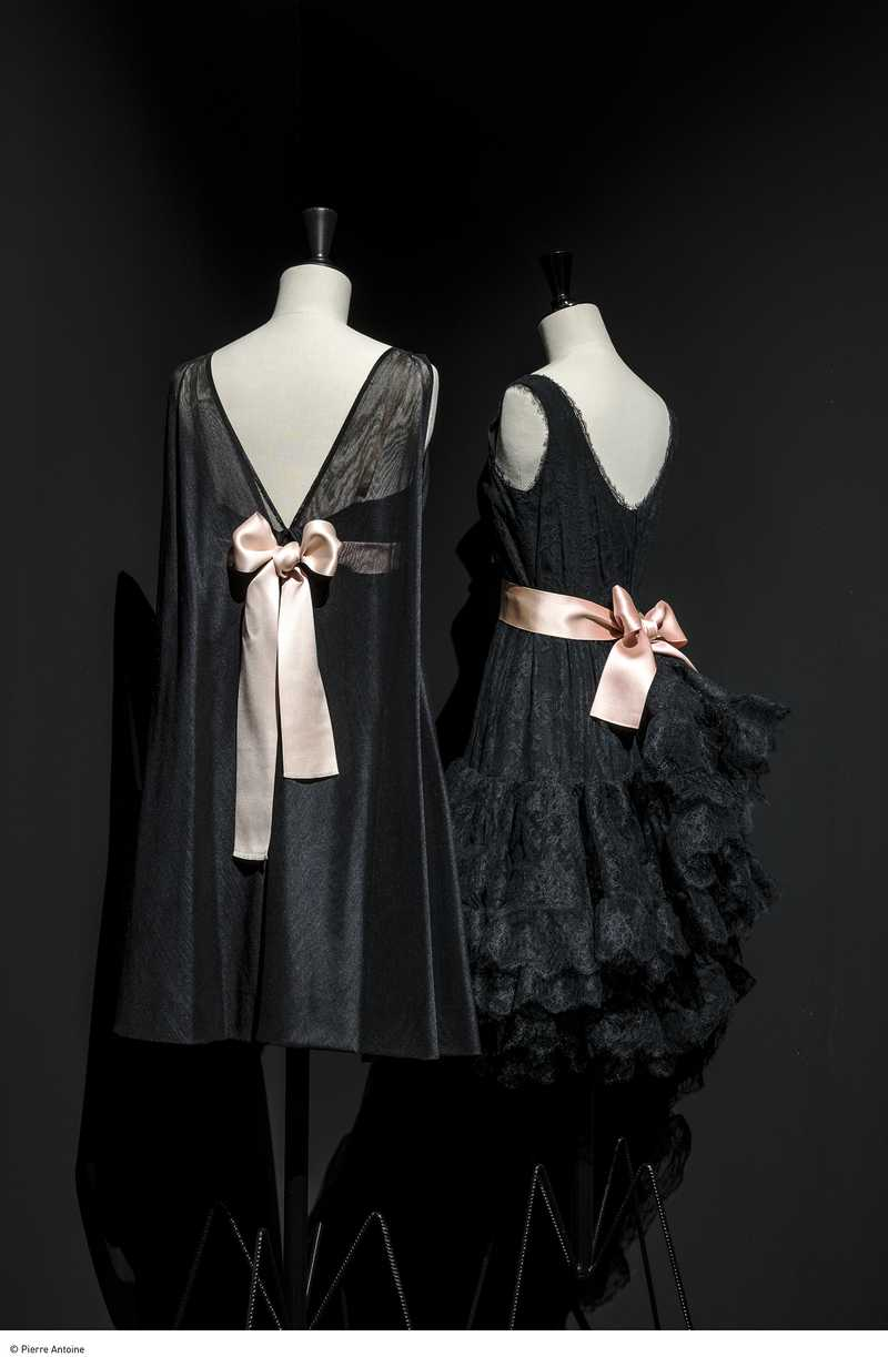 Hiver 1967- Robe en Marquisette (gaze) plein biais. Ruban de satin rose pâle. Collection Palais Galliera Été 1965 -Robe de cocktail en Chantilly jupe à volants ceinturée d'un ruban de satin rose pâle. Collection Palais Galliera