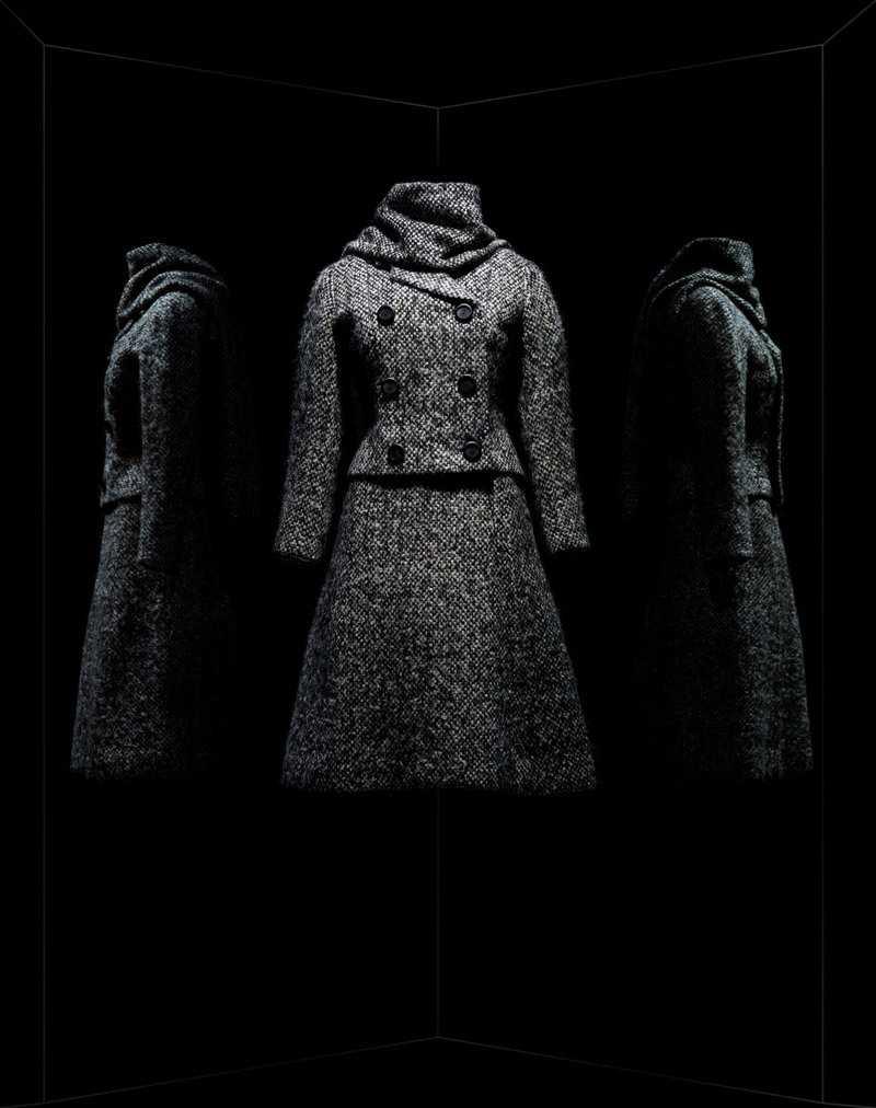 Marc Bohan pour Christian Dior. Tailleur Gamin. Haute couture automne-hiver 1961, collection Charme 62. Tailleur en tweed. Veste courte à double boutonnage. Jupe trapèze et écharpe assortie