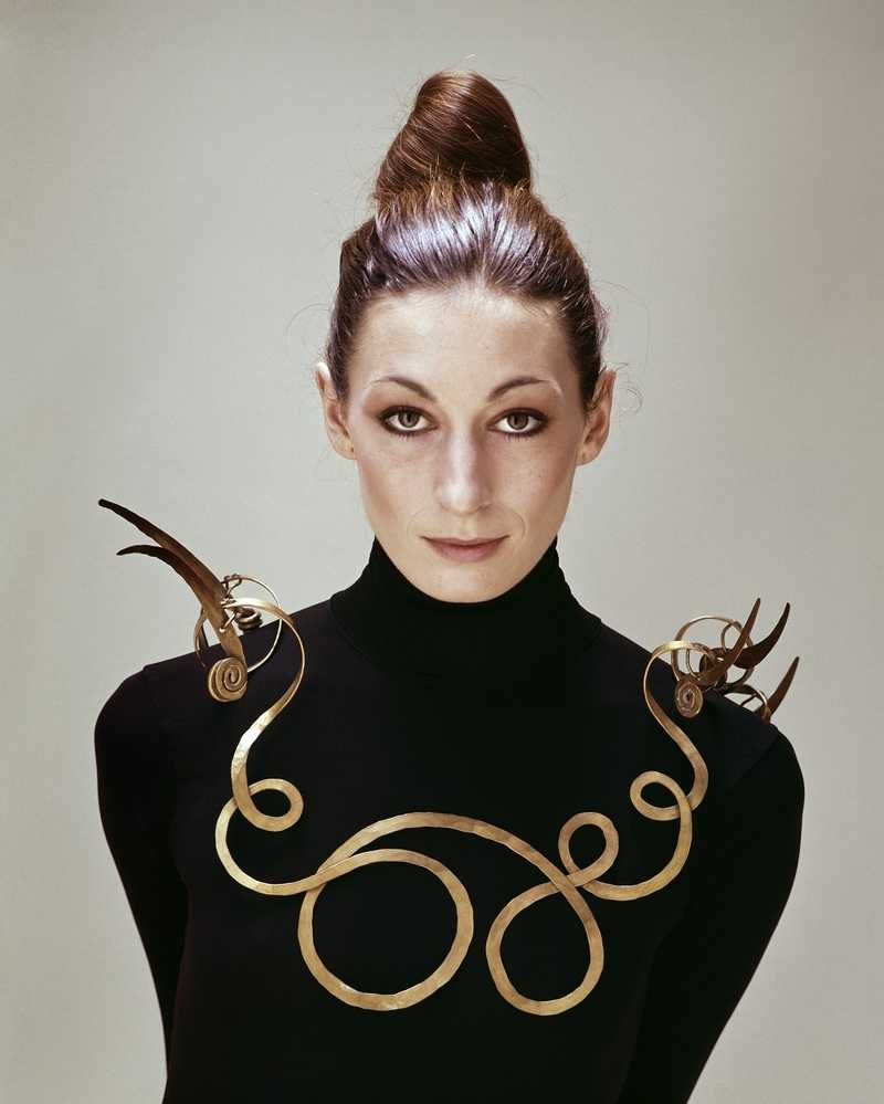 Anjelica Huston portant The Jealous Husband (vers 1940) d'Alexander Calder, 1976 Photographie