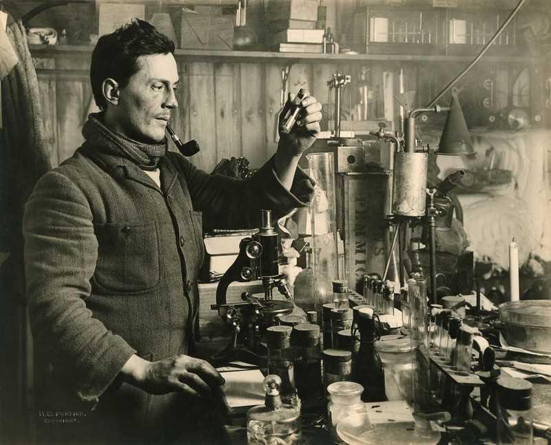 Le chirurgien et parasitologiste Edward Atkinson travaille dans son laboratoire, lors de l'expédition du Terra Nova vers le Pôle Sud, en 1911.