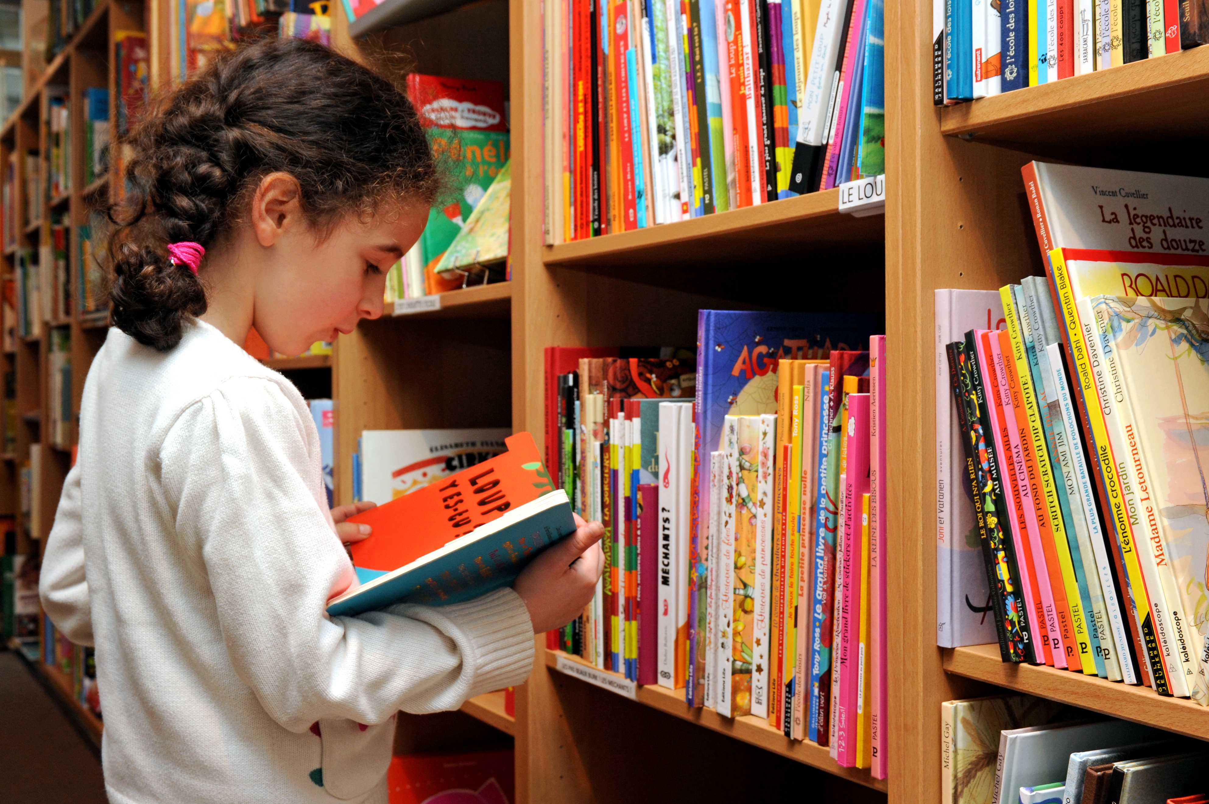 Enfant bibliothèque