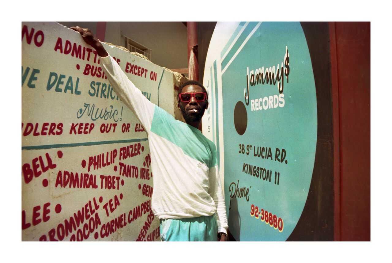 Scatter devant le studio de King Jammy