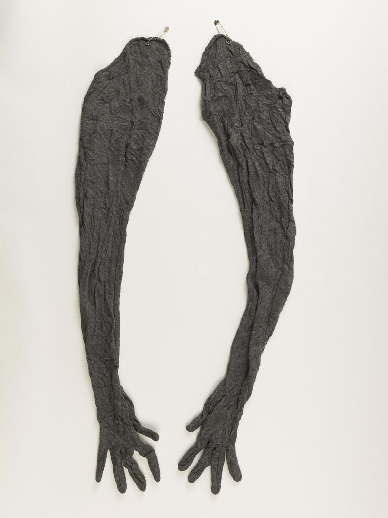 paire de manches-gants maintenues par des épingles de nourrice, Automne-hiver 1993-1994