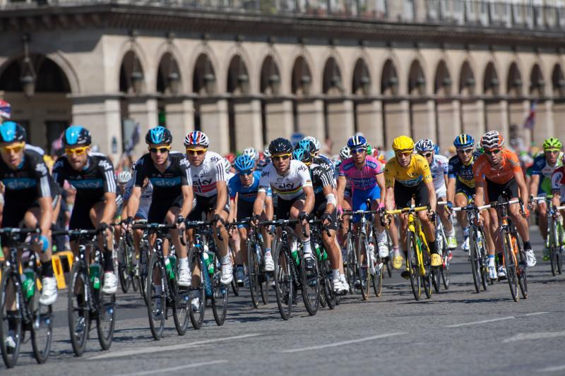Arrivée du tour de France sur l'avenue des Champs-Elysées