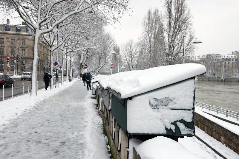 Quais de Seine sous la neige