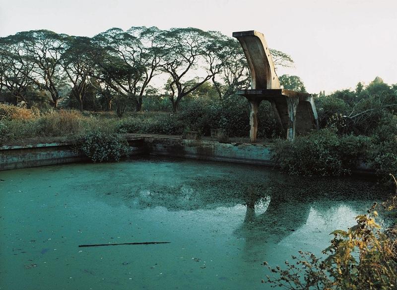 Françoise Huguier La piscine de la plantation d'hévéas de Chup, où a eu lieu l'attaque du commando Viêt Minh contre les planteurs en 1950, 2004
