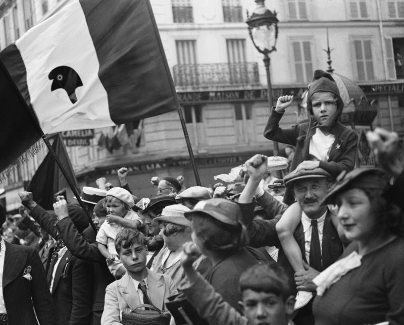 WILLY RONIS Pendant le défilé de la victoire du Front populaire, rue Saint-Antoine, Paris, 14 juillet 1936
