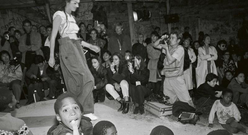 En 1989, Margiela organise sont défilé dans un squat parisien...