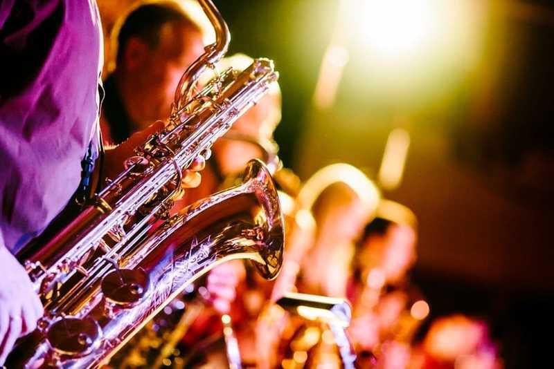musiciens en concert avec saxophoniste en premier plan