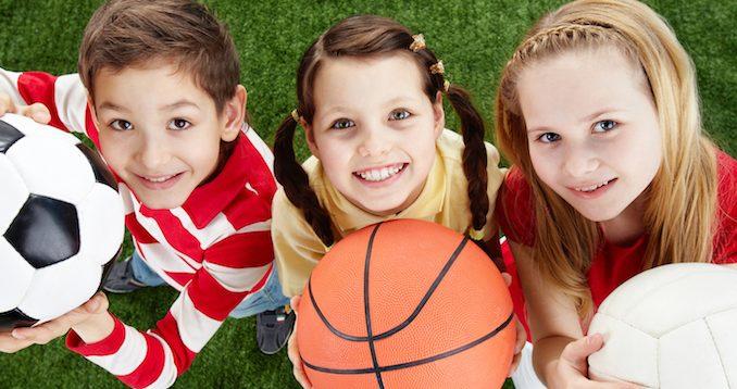 photo d'enfants tenant des ballons
