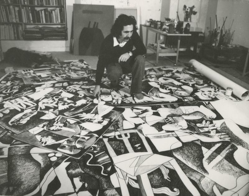 Dia Al-Azzawi dans son atelier de Londres en 1982, travaillant sur son polyptyque Sabra and Shatila Massacres