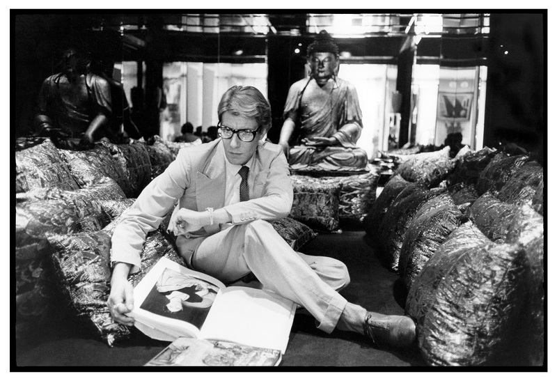 1 - Yves Saint Laurent dans son appartement, 55 rue de Babylone, 1977