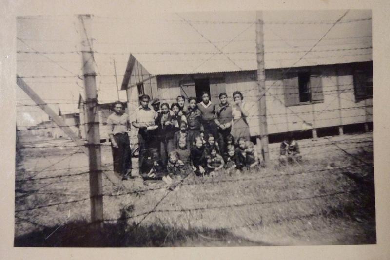 Détenus nomades derrière les barbelés du camp de Montreuil-Bellay. Maine-et-Loire, 1944