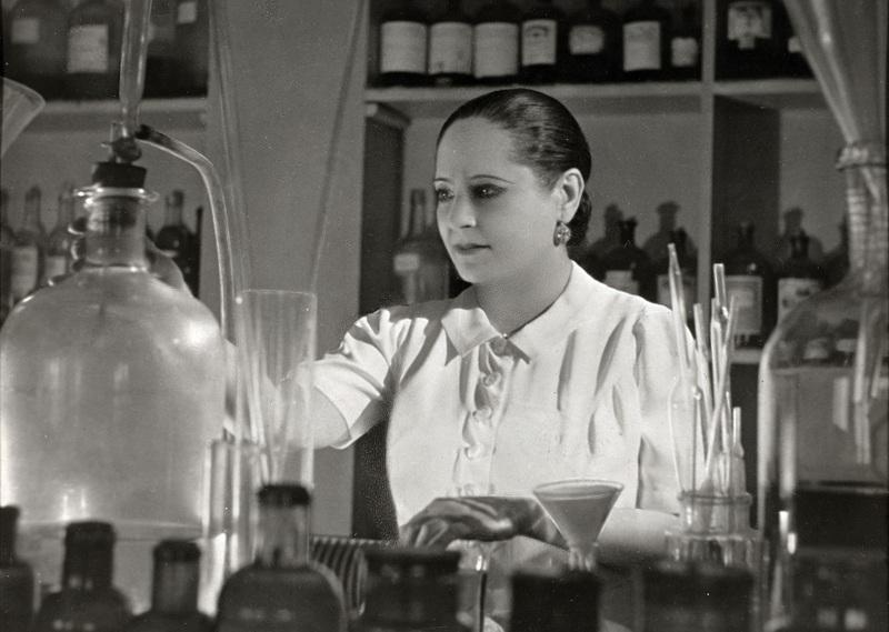 Helena Rubinstein dans son laboratoire à Saint-Cloud années 1930