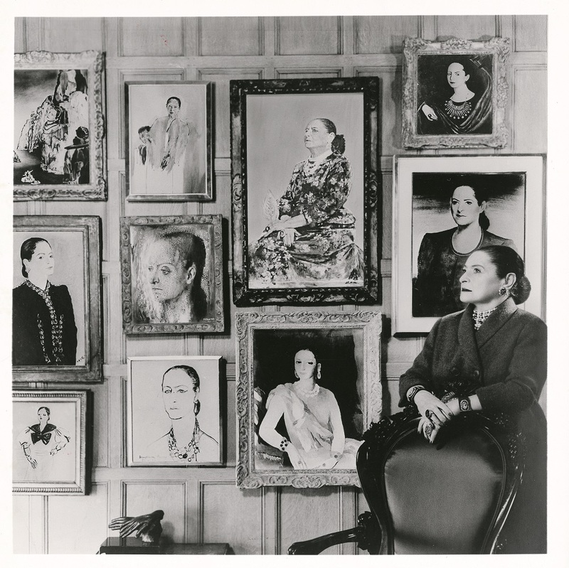 Helena Rubinstein pose devant ses portraits peints par Salvador Dali, Marie Laurencin, Candido Portinari, Graham Sutherland, Pavel Tchelitchew, etc... New York, années 1940-1950