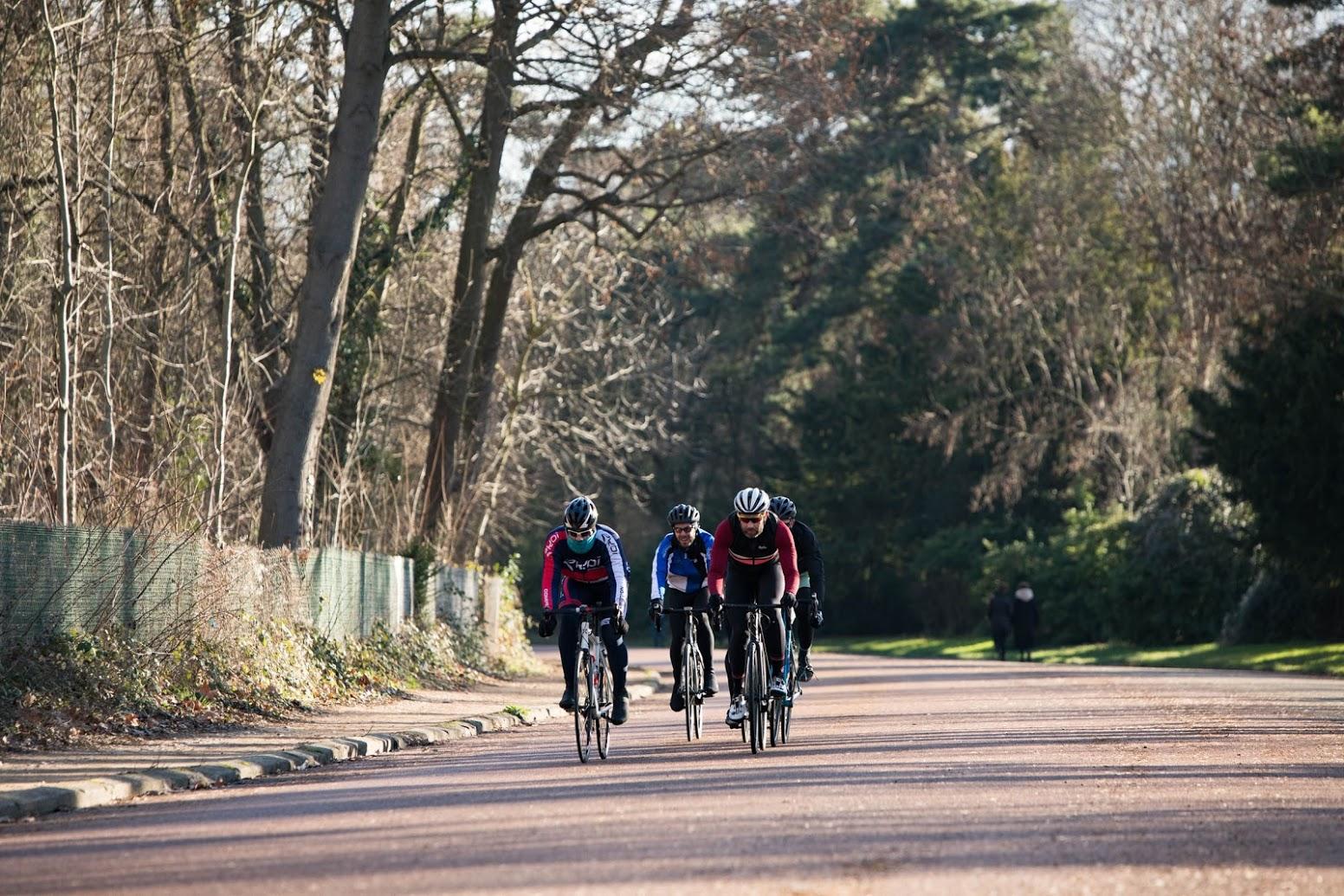 Cyclistes au bois de Boulogne