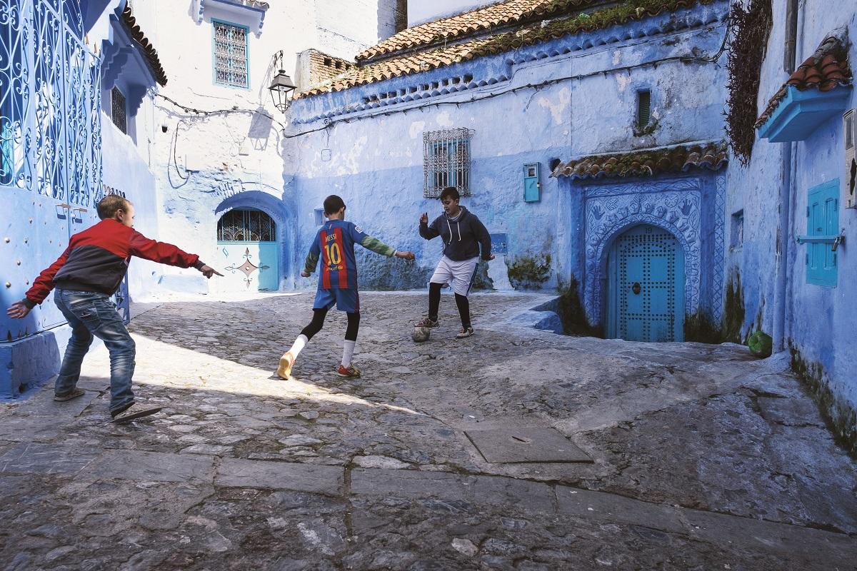 Enfants jouant au foot dans les rues de Chefchaouen, Chefchaouen, Maroc, 2018 (2)