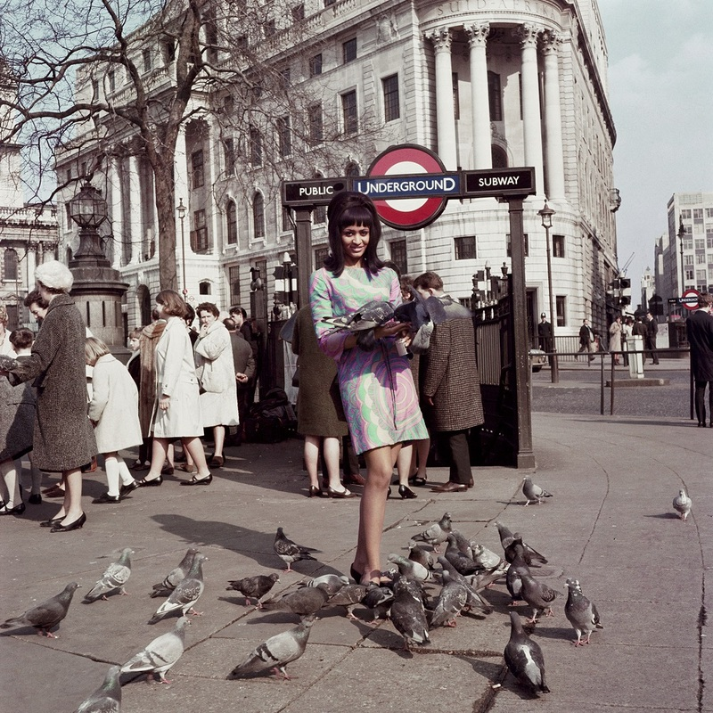 Marie Hallowi modèle de couverture de Drum à Trafalgar square Londres 1966 James Barnor