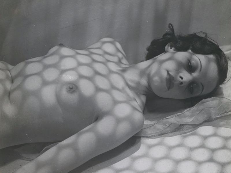 """Pierre Boucher Nu avec ombres, c. 1936 Tirage gélatino-argentique d'époque Dimensions de l'image : 17,9 x 17,9 cm Dimensions du tirage : 22 x 17,9 cm Tampon """"Pierre Boucher"""" et tampon """"Alliance photo ADEP"""""""