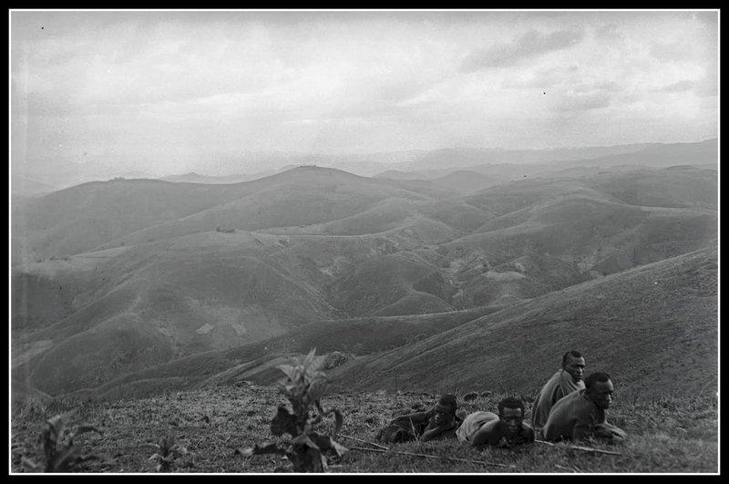 Hommes couchés devant un paysage. Rwanda, vers 1921-1927