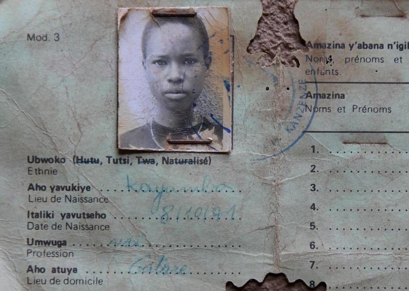 Carte d'identité retrouvée près de l'église de Ntarama (Bugesera), Rwanda. Ethnie : Tutsi. Le 15 avril 1994, près de 5 000 personnes ont été tuées dans cette église, érigée depuis en site mémoriel