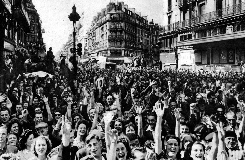 Libération de Paris. Foule en liesse. Paris, septembre 1944.