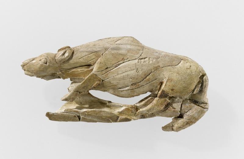 Propulseur décoré d'une figure animale, dit « Propulseur au félin » (abri de La madeleine, Tursac, Dordogne), époque Magdalénienne,( vers -15000 ans) Ivoire sculpté en ronde-bosse, 10,4 x 6,9 x 2,3cm