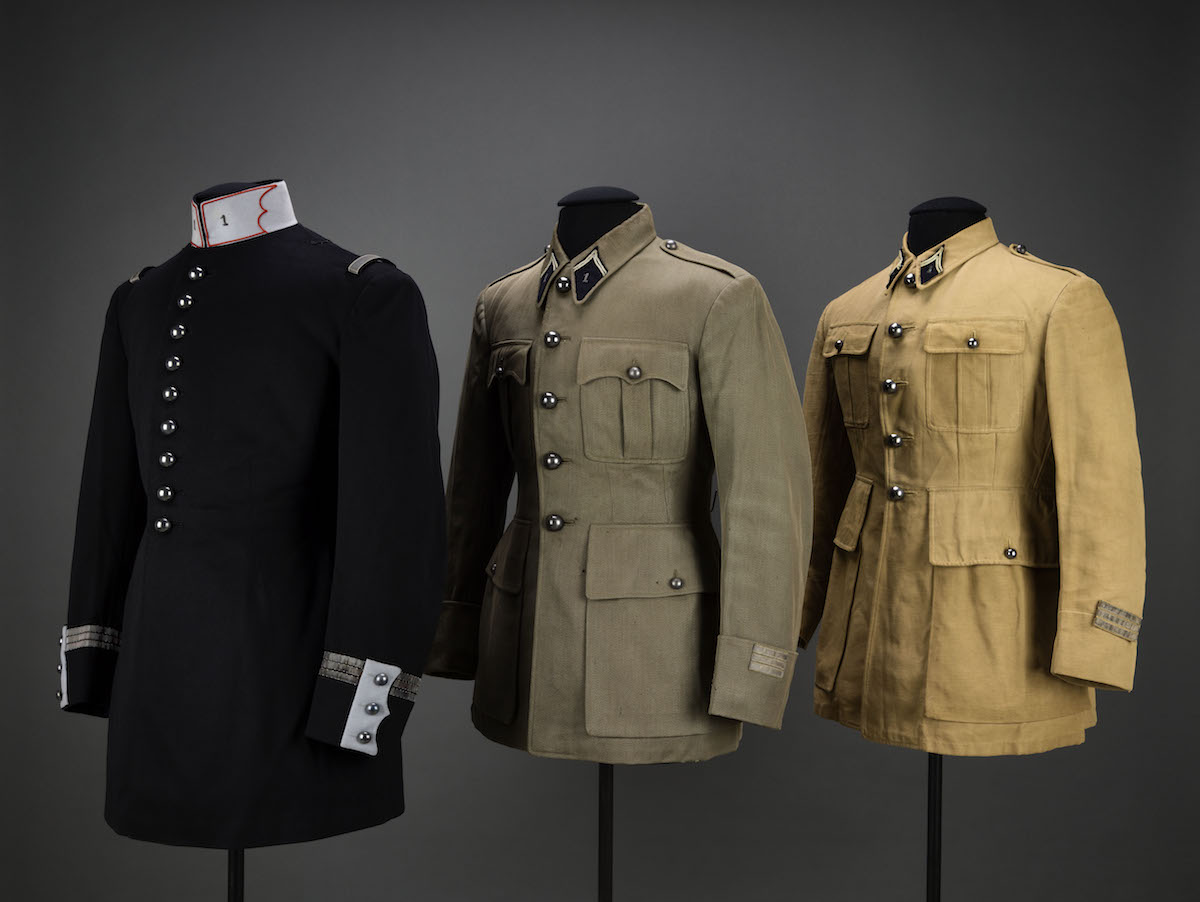 Tunique de grande tenue modèle 1931 et vareuses de capitaine du 1er régiment de chasseurs à cheval, Paris, musée de l'Armée © Paris - Musée de l'Armée,