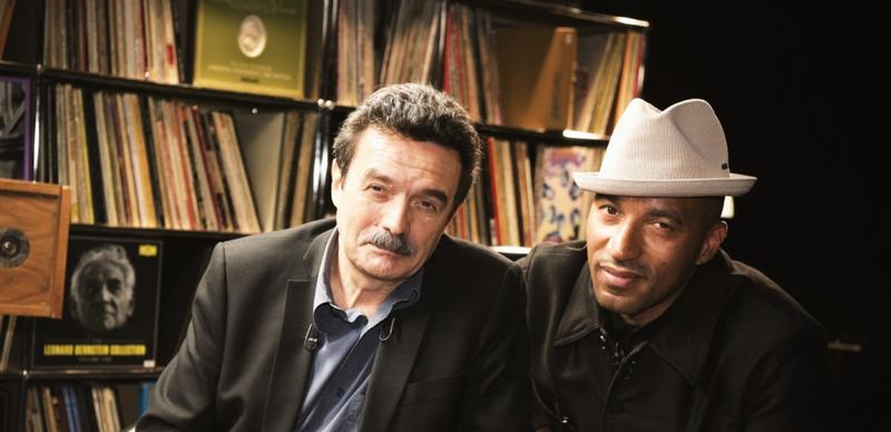 "Edwy Plenel et Juan Massenya pendant l'émission ""Vinyle"""