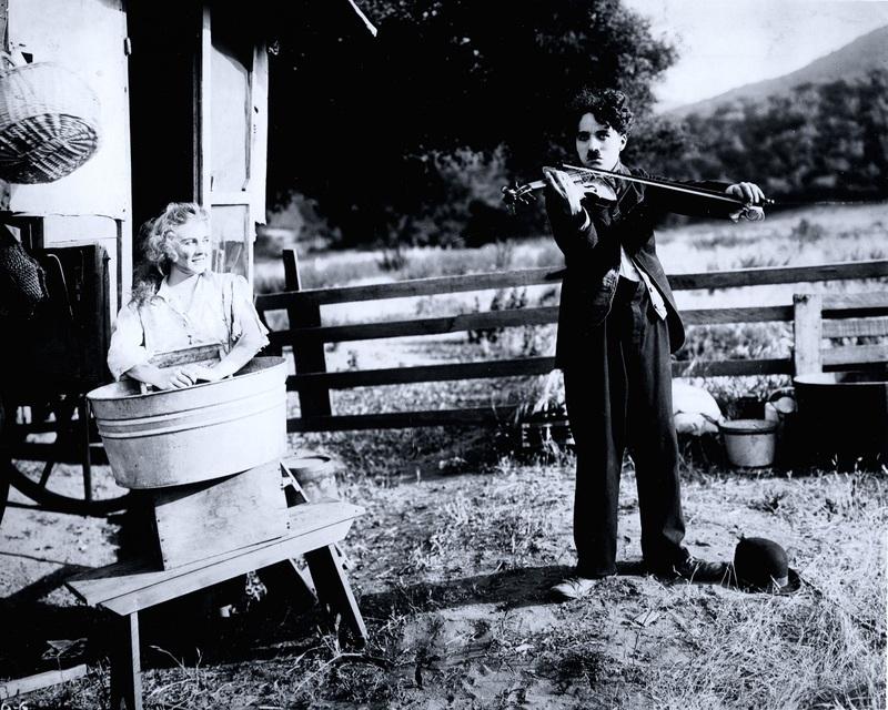 Chaplin avec Edna Purviance dans Charlot musicien, 1916