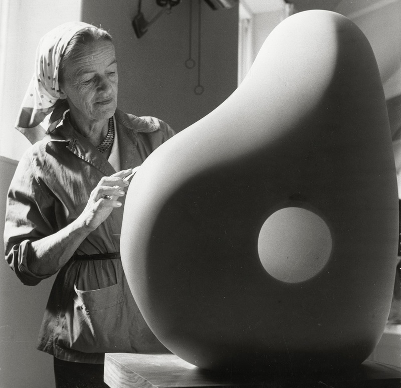 Barbara Hepworth taillant une oeuvre au Palais de Danse1961H. 20,5 ; L. x 20,5 cmThe Hepworth photograph collection