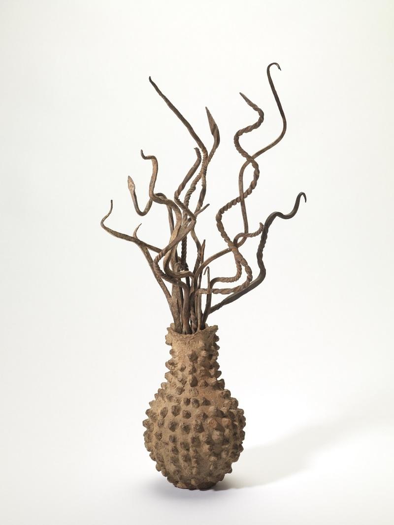 Vase contenant des rameaux de pluie