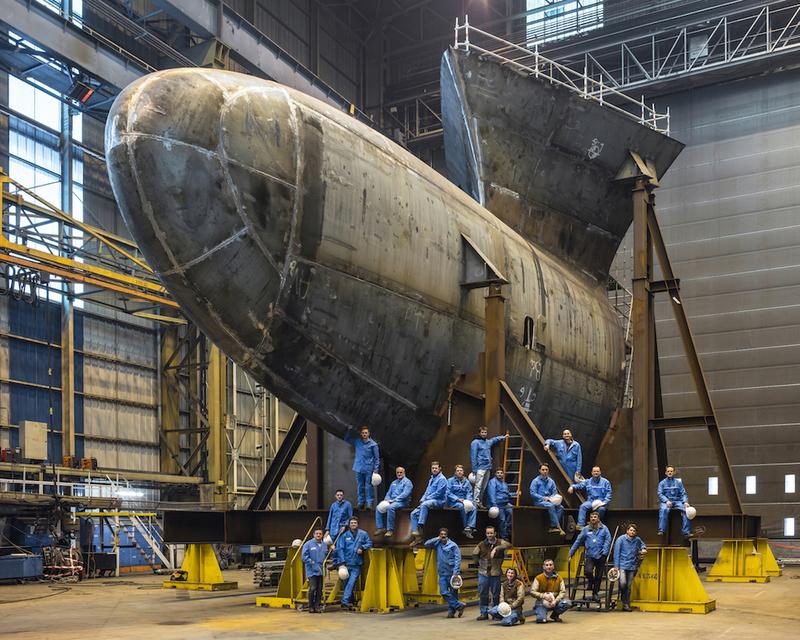 Atelier 180T, équipe et bulbe  Chantiers de l'Atlantique 2016 110X130 cm, Impression pigmemtaire, montage sur pvc , encadrement bois blanc et verre minéral