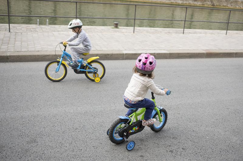 Enfants sur leurs vélo sur les Rives de Seine
