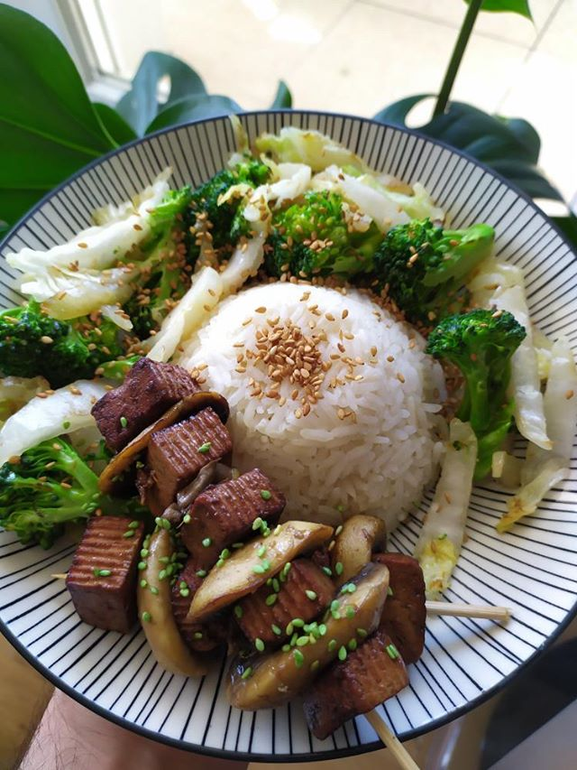 Jimmystreetfoodlab Brochettes de tofu teryaki riz, des champignons à l'ail et des légumes sautés à l'huile de sésame
