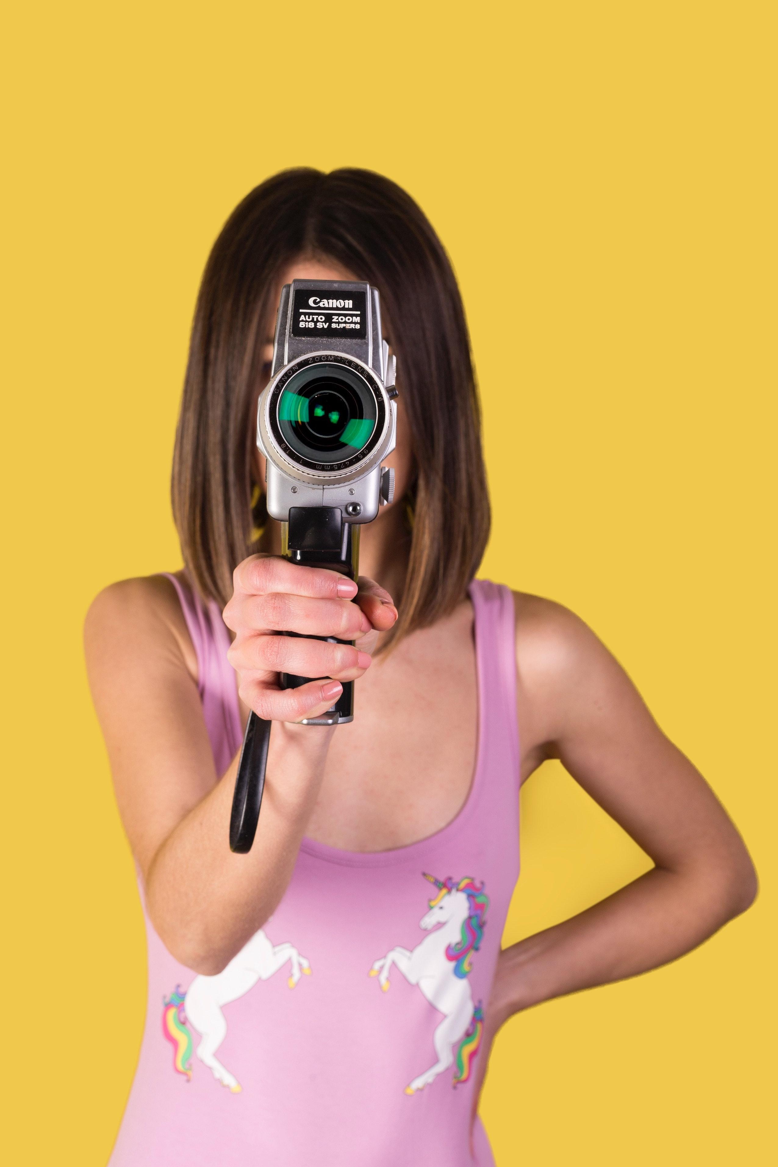Femme avec caméra Canon