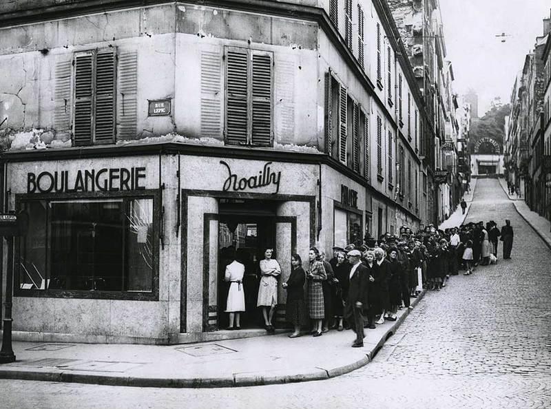 File d'attente devant la boulangerie Noailly, rue Lepic Paris 18