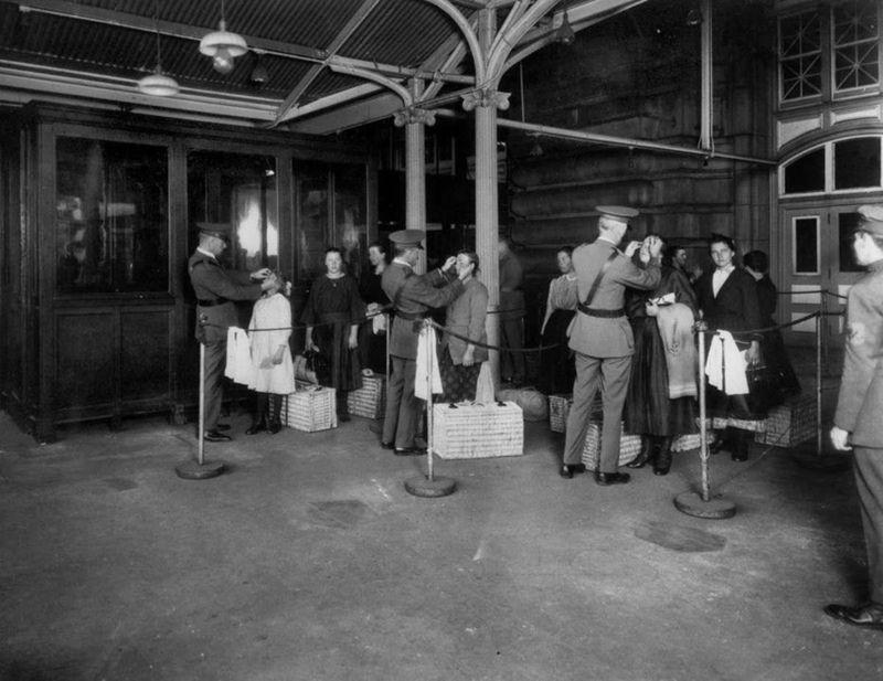 Inspection d'immigrants à leur arrivée aux États-Unis. Ellis Island (New York), 1923