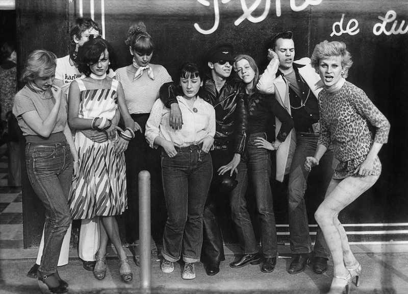 Membres des bandes des Gazolines et To the bop devant la boutique Pendora de Luxe aux Halles, 1975