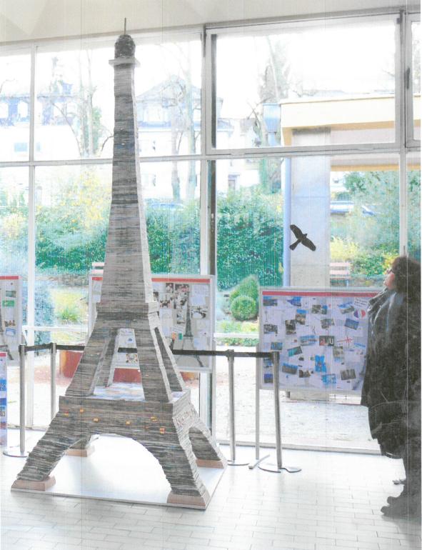 Tour Eiffel allemande faite de cartes postales du monde entier